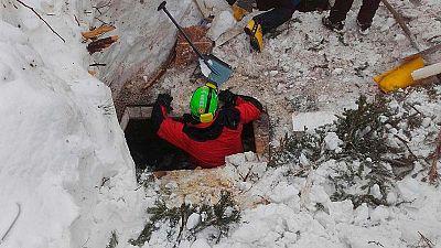Sigue la búsqueda de supervivientes en el hotel sepultado en Italia