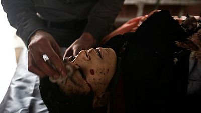 Los Cascos Blancos intentan rescatar y salvar a las víctimas de los bombardeos en Siria
