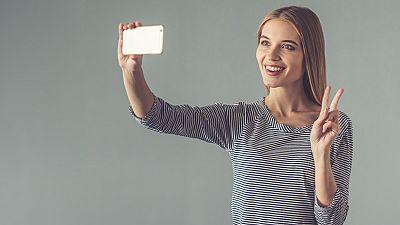 Las fotografías enseñando la yema de los dedos puede suponer un problema... Lo han comprobado varios científicos de Japón, que han desarrollado un método para demostrar lo fácil que puede resultar la copia de huellas dactilares a través de una fotogr