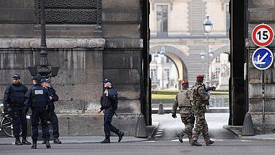 """La policía confirma que el atacante del Louvre gritó """"Alá es grande"""""""