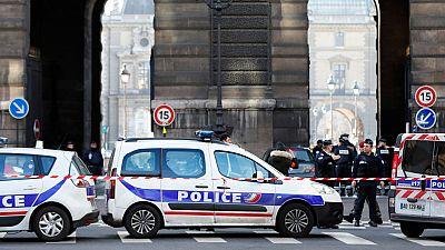 """Un soldado francés ha disparado y herido de gravedad a un hombre armado con un machete que atacado a un militar en el Museo del Louvre, en el centro de París, al grito de """"Alá es el más grande"""". Las autoridades han confirmado que se trata de un """"ataq"""