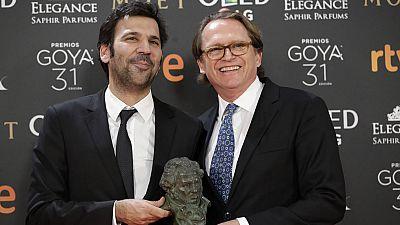 Goya 2017 - Los productores Enrique Costa y Stephane Smith recogen el Goya 2017 a la mejor película europea, la francesa 'Elle'