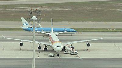 Fomento se reúne con las aerolíneas para pedirles que bajen los precios de los billetes de avión