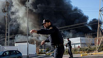 Un gran incendio en una empresa química de Paterna obliga a confinar a la población