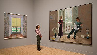 Entrar en las salas de la Tate Modern estos días es entrar a un mundo luminoso, a un mundo lleno de colores saturados que rápidamente conquistan nuestros ojos...Uno tiene la sensación de que en los cuadros de Hockney siempre es verano y que la vida n