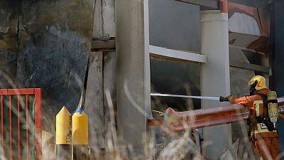 Los bomberos continúan trabajando en la extinción del fuego en Paterna