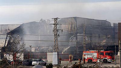 El incendio de Paterna está controlado pero los productos inflamables dificultan su extinción