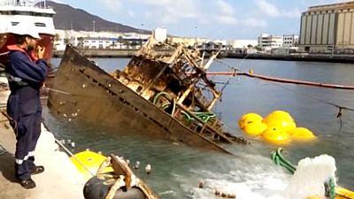 Reflotan un pesquero que llevaba abandonado en el puerto de la Luz más de seis años