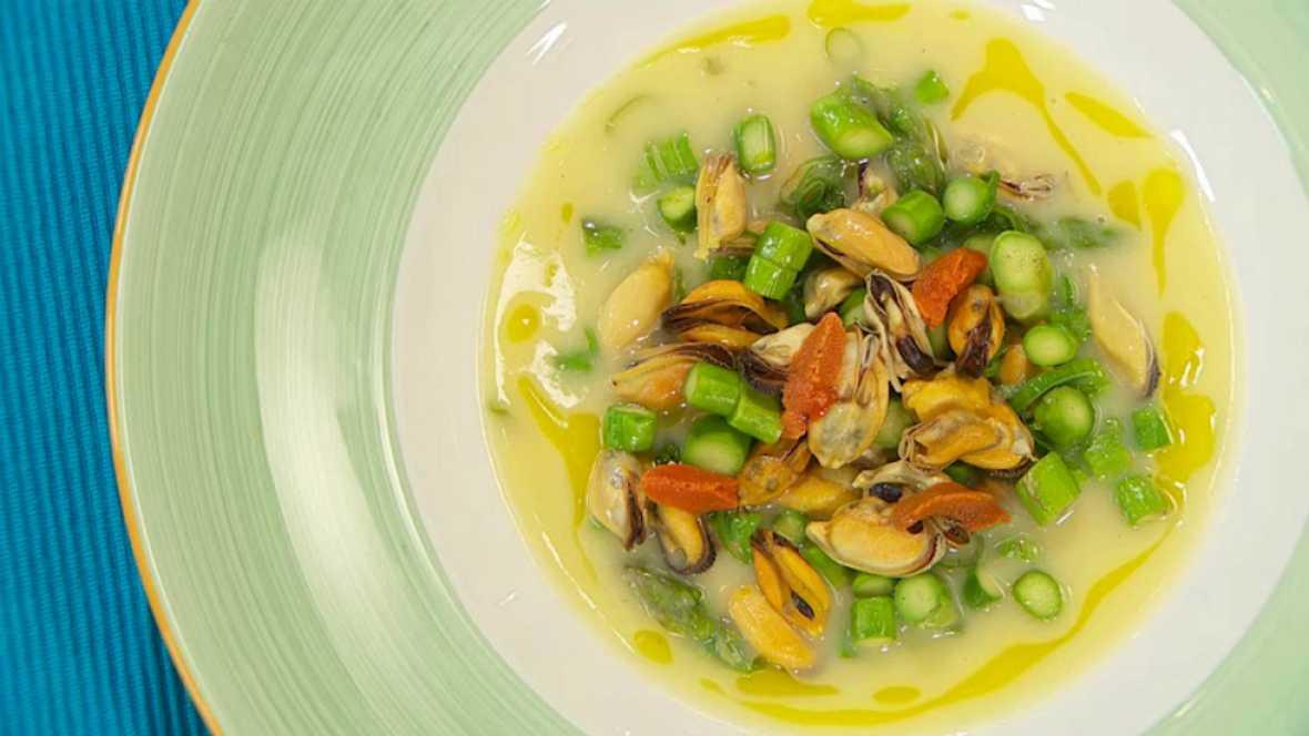 Receta de sopa de esp rragos y mejillones for Hermanos torres en la cocina