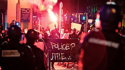 Los disturbios al norte de París se recrudecen tras los abusos policiales a un joven de 22 años