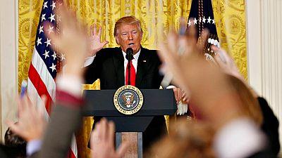Trump carga contra la prensa y Obama en su segunda rueda de prensa como presidente