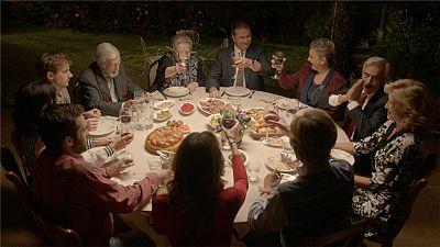Cuéntame cómo pasó - La gran cena entre los Alcántara y la familia de Deborah