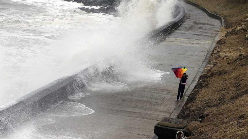 Vientos fuertes en el noreste y lluvia de barro en el sureste