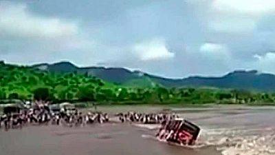Vuelca un autobús en medio de un río en Perú