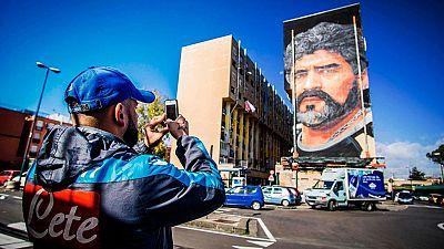 Un paseo por la ciudad italiana basta para comprobar que el amor de sus habitantes por Maradona sigue muy vivo. Los aficionados del rival del Madrid en la Champions sigue adorando a su gran ídolo futbolístico.