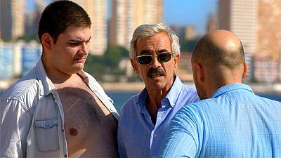Cuéntame cómo pasó - Antonio haciendo amigos en las playas de Benidorm