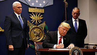 Donald Trump firma su versión renovada del veto migratorio, que excluye a Irak