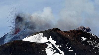 En Sicilia, la explosión en un cráter del volcán Etna ha dejado heridas a 10 personas. Siete de ellas están hospitalizadas aunque fuera de peligro. Un equipo de la cadena BBC ha vivido de primera mano la explosión. Estaban filmando junto a varios tur