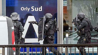 Desalojado el aeropuerto de Orly por un hombre que intentó robar el arma a una militar