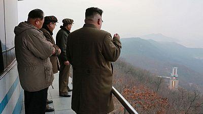 Corea del Norte prueba un nuevo motor para cohetes durante la visita de Tillerson a China