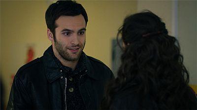 Carlos invita a Karina a pasar la Nochevieja con su familia