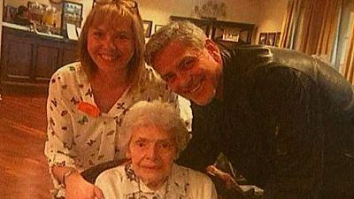 George Clooney da una sorpresa a una fan de 87 años en una residencia de ancianos