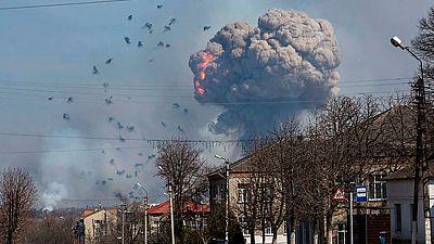 20.000 evacuados por una explosión en un depósito de municiones en Ucrania