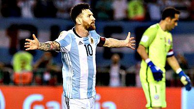 La selección argentina venció hoy por 1-0 a la de Chile con un gol de penalti de Lionel Messi en un intenso partido válido por la decimotercera jornada de las eliminatorias sudamericanas del Mundial de Rusia 2018 que deja a la Albiceleste en zona de