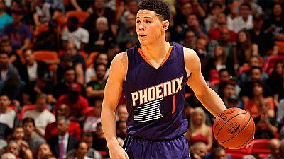 El escolta de los Suns Devin Booker ha entrado en los libros de los récords de la NBA al haber anotado 70 puntos en un partido, algo que solo han conseguido seis jugadores en la historia de la NBA.