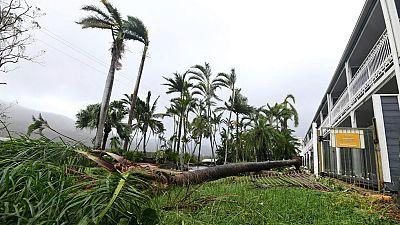 El ciclón Debbie toca tEl ciclón Debbie toca tierra en Australia con vientos de 270 km por horaierra con vientos de 270 km por hora