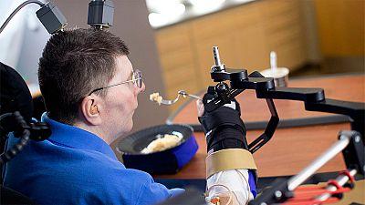 Un tetrapléjico vuelve a mover el brazo y la mano gracias a una neuroprótesis