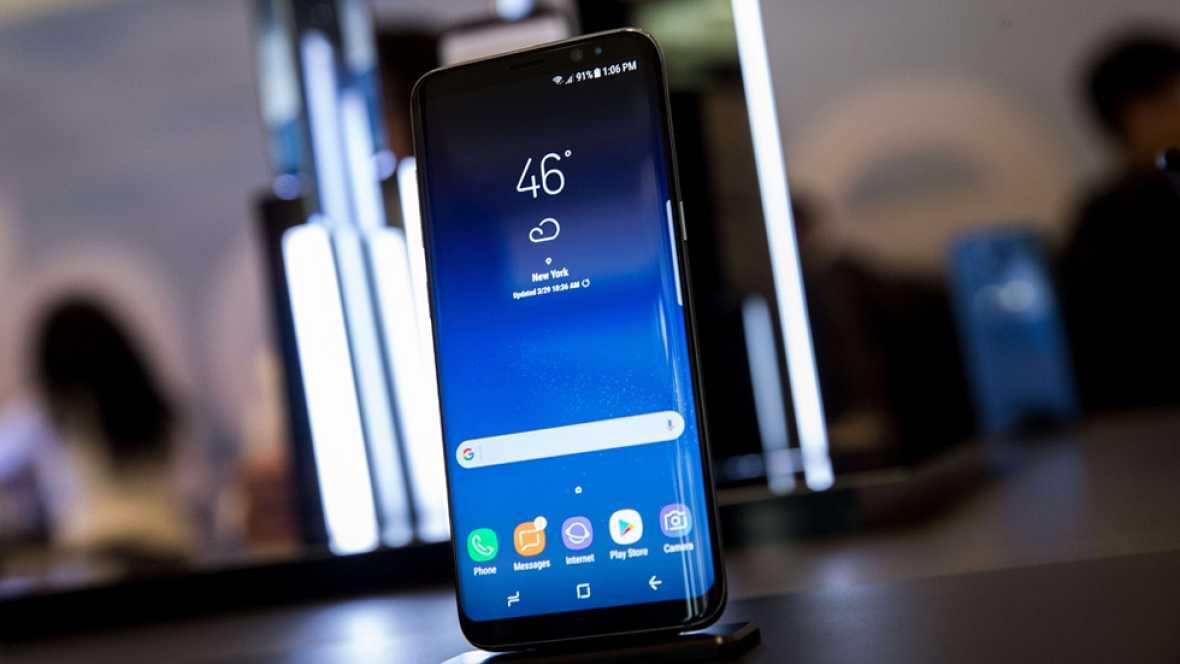 Samsung ha presentado sus nuevos teléfonos inteligentes de gama alta Galaxy S8 y S8+, con pantallas de 5,8 y 6,2 pulgadas que acaparan casi toda la superficie y en los que debuta el asistente personal Bixby.La tecnológica surcoreana ha desvelado en N