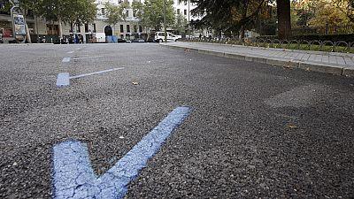En Madrid, un juez ha anulado una multa de aparcamiento en zona regulada porque no se documentó con una fotografía. Según la sentencia, los vigilantes del servicio de estacionamiento no son una autoridad y no basta con su palabra para que la sanción