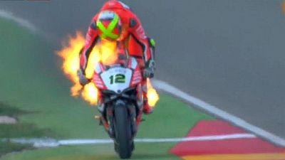 La moto de Xavi Forés arde en plena carrera