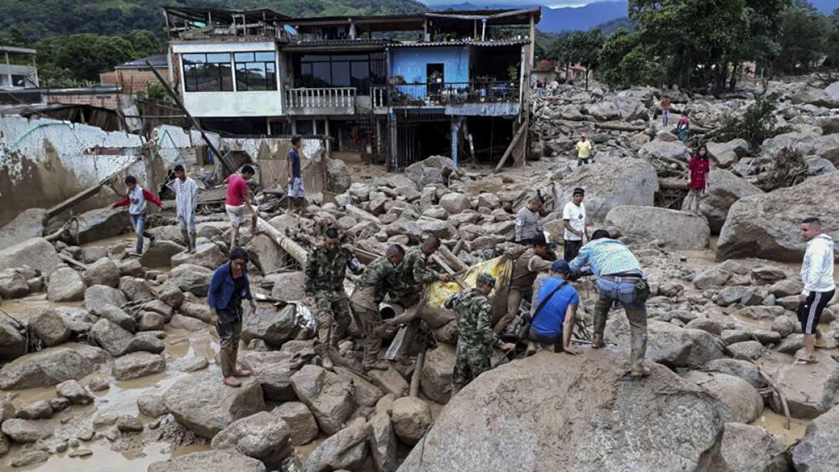 Decenas de personas han muerto por una avalancha de agua en Colombia