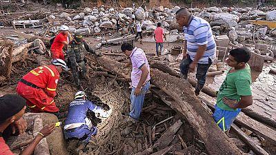 Supervivientes de Mocoa buscan a sus familiares en las listas de fallecidos y desaparecidos