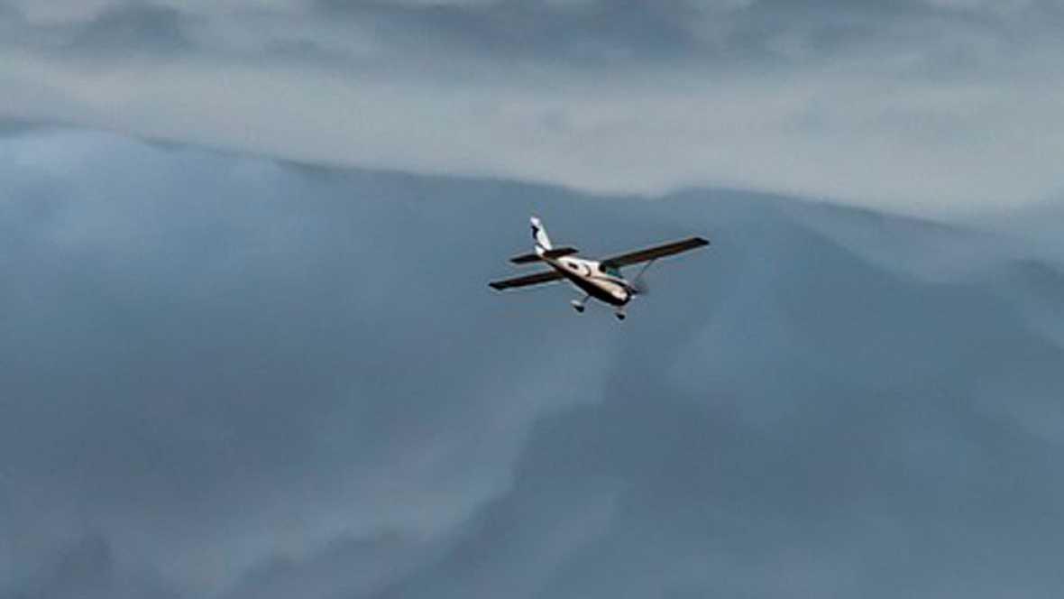 Una avioneta aterriza en una autopista