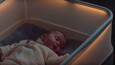 Una cuna que imita el movimiento que siente un bebé cuando viaja dentro de un coche