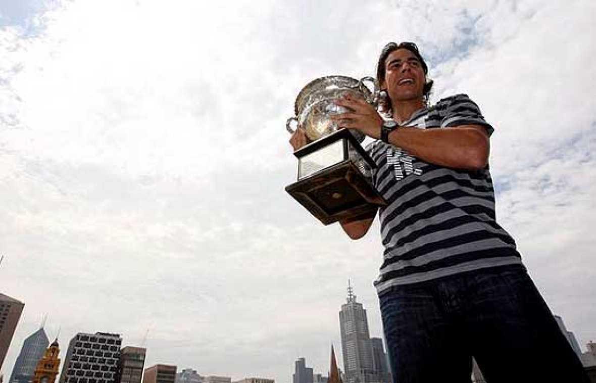 Rafael Nadal sigue alimentando su leyenda. El tenista mallorquín se ha convertido en el primer español en ganar el Abierto de Australia, y acumula ya seis torneos del Grand Slam.