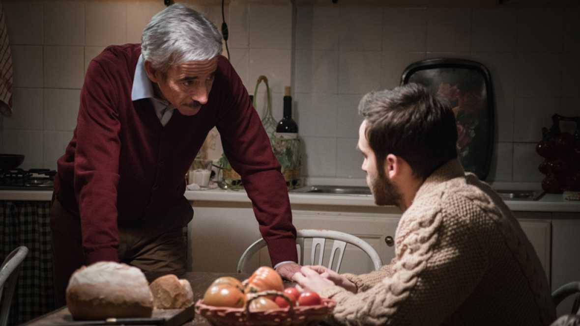 Carlos habla con su padre de sus sentimientos por Karina