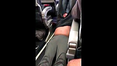 Un pasajero es sacado a rastras de un vuelo de United Airlines por 'overbooking'