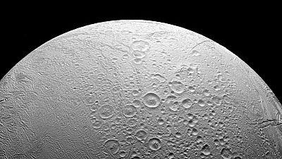 La NASA confirma que Encélado, una de las lunas de Saturno, puede albergar vida microscópica