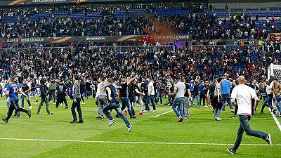 Una pelea en las gradas entre aficionados de Lyon y Besiktas retrasa el inicio del partido