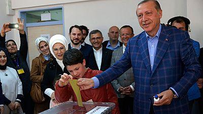 Turquía vota en referéndum un cambio constitucional que refuerza el poder de Erdogan