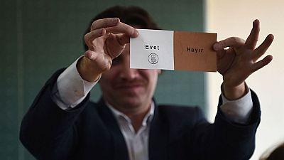 El 'sí' al sistema presidencialista de Erdogan lidera el recuento en Turquía