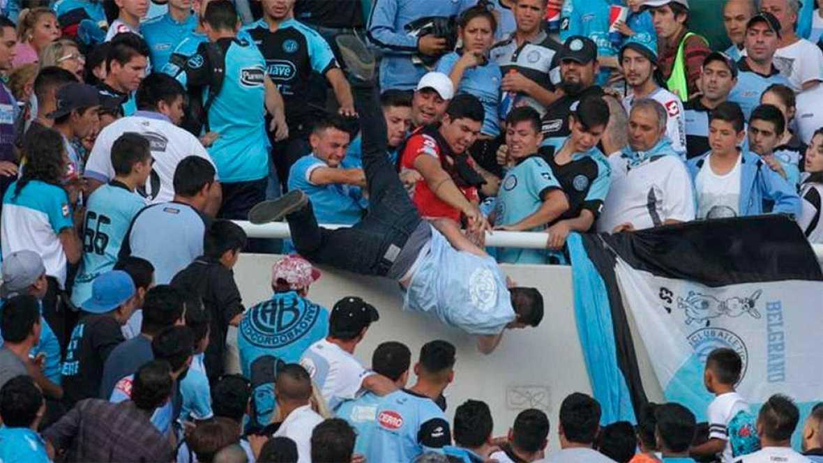 El partido entre Belgrano y Talleres quedó marcado por el ataque a un aficionado, que fue lanzado desde la grada al vacío y sufrió un infarto cerebral a causa de la caída.