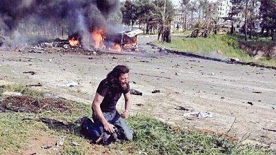 Una fotografía ha dado la vuelta al mundo las últimas horas, en ella se ve a un informador en el suelo llorando minutos después de la explosión en Aleppo que dejó 126 muertos, 68 de ellos niños...Una imagen que ilustra la violencia e impotencia que s