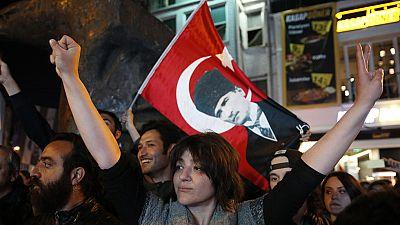 La policía detiene a 50 personas por protestar contra el resultado del referéndum en Turquía