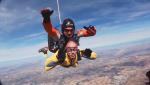 El abuelo de Sheyla y Edu Soto se tiran en paracaídas
