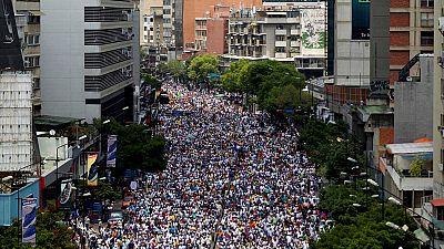 La policía de Venezuela ha vuelto a dispersar con gases lacrimógenos algunas concentraciones opositoras que se congregaban en diversos puntos de Caracas ... Una nueva jornada de movilizaciones tras los violentos disturbios del día anterior en los que